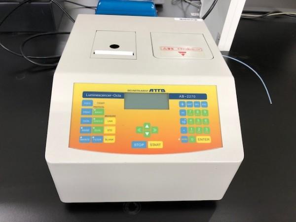 ルミノメータ・発光測定装置「AB-2270 ルミネッセンサーOcta(アトー社製)」を、新たに設置しました(中央研究施設)。